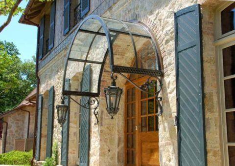 Классический экстерьер козырька на входной двери