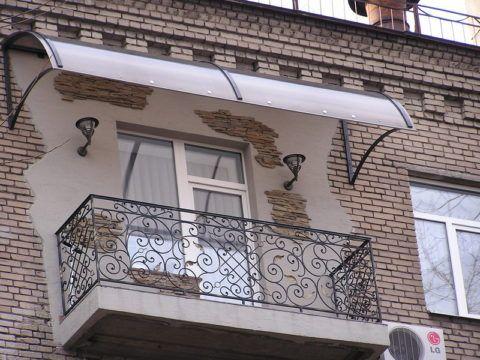 Козырек над балконом