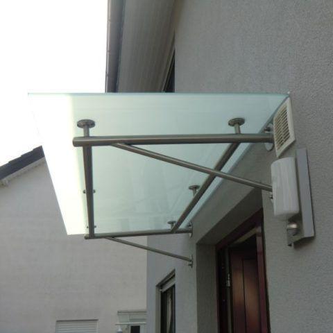 Козырек над крыльцом из стекла триплекс на металлическом каркасе