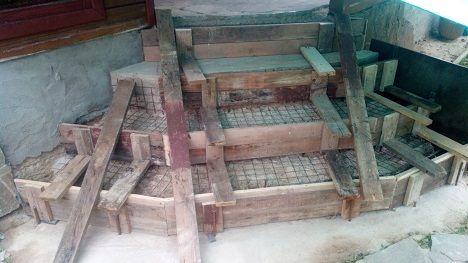 Укладка армирующей сетки на ступени крыльца