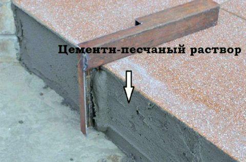 Заполнение раствором пространства под свесом верхней плитки