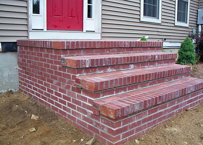 Лестница из керамики, видны высолы, которые могут привести к разрушению конструкции с не самым удачным выбором материала