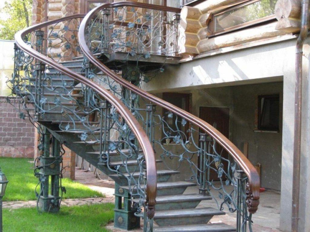 Деревянные перила для наружной металлической лестницы