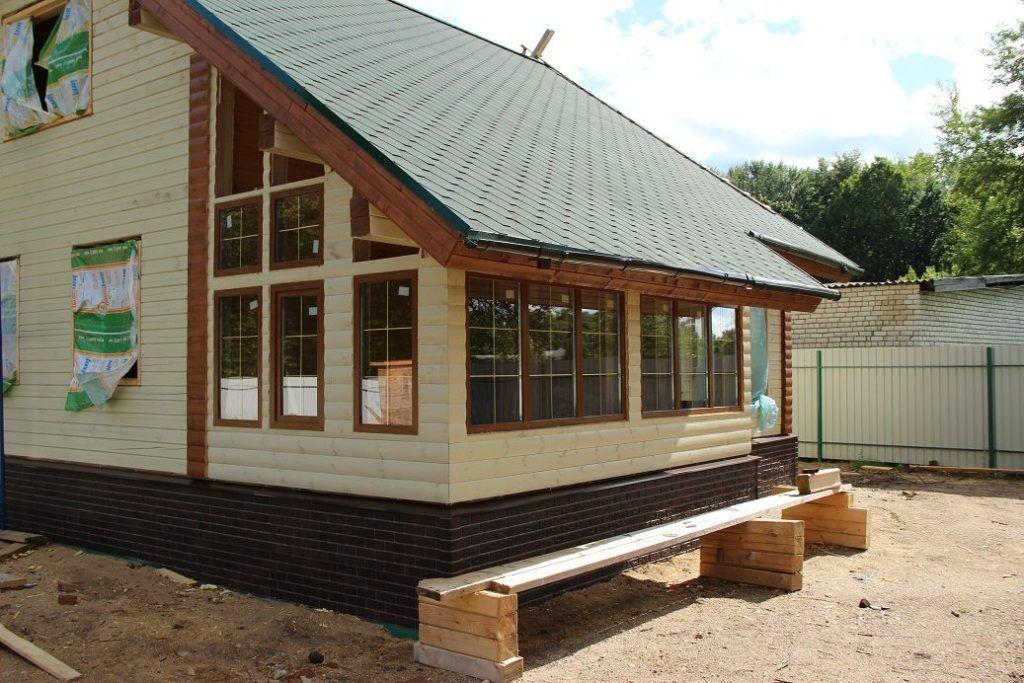 Закрытое крыльцо к деревянному дому