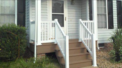 Белый цвет ограждений отлично гармонирует с коричневой лестницей