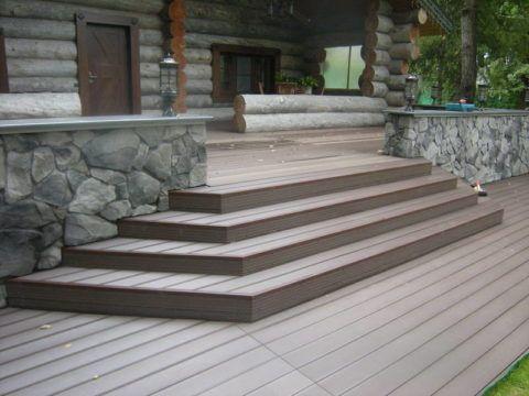 Декинг сочетается с натуральной древесиной и природным камнем