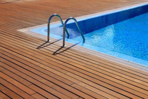 Декинг является незаменимым материалом при отделке пространства около бассейна или водоема, благодаря противоскользящей поверхности