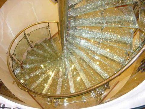 Декоративное ограждение стеклянной лестницы