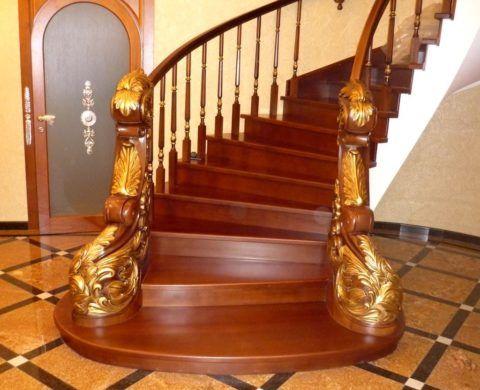 Деревянная лестница, покрытая лаком