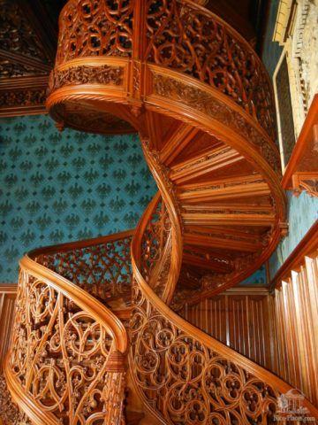 Деревянная винтовая лестница на тетивах