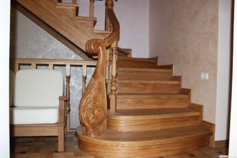Деревянные ступеньки обладают нескользкой безопасной поверхностью