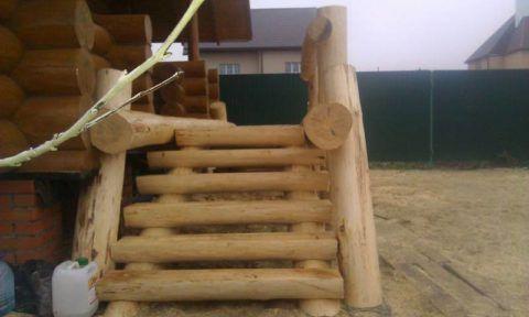 Интересный (но не самый практичный и безопасный) вариант лестницы из дерева