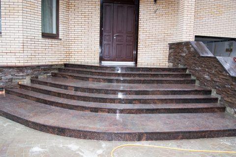 Искусственный камень в отделке парапета лестницы