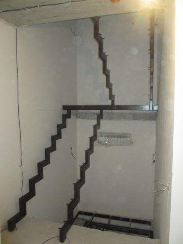 Каркас металлической лестницы на косоурах