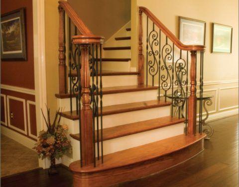 Комбинированное ограждение деревянной лестницы