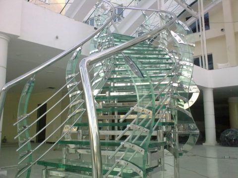 Космическая конструкция лестницы из стекла и металла