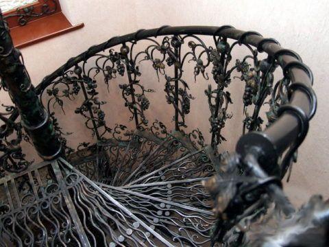 Кованая металлическая лестница