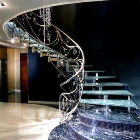 Кованое ограждение для лестницы из стекла