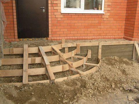 Крыльцо для частного дома бетонное, монтаж опалубки