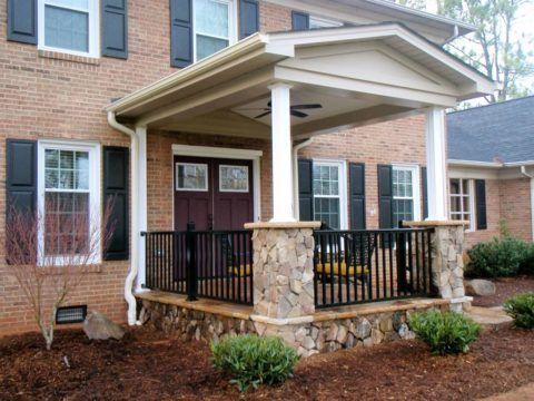 Крыльцо к частному дому, объединяющие элементы – деревянные ставни и перила