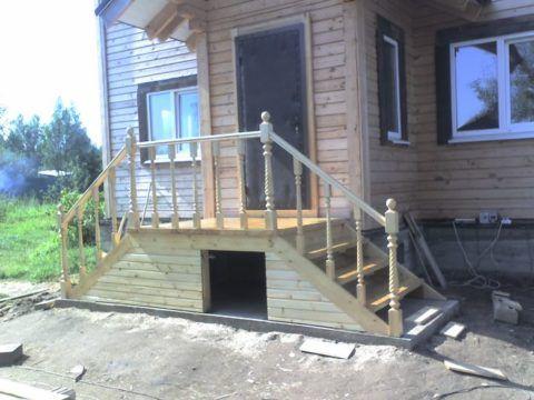 Крыльцо к деревянному дому