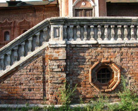 Крыльцо, которому несколько сотен лет