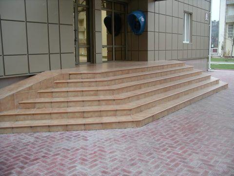 Крыльцо общественного здания из керамогранита