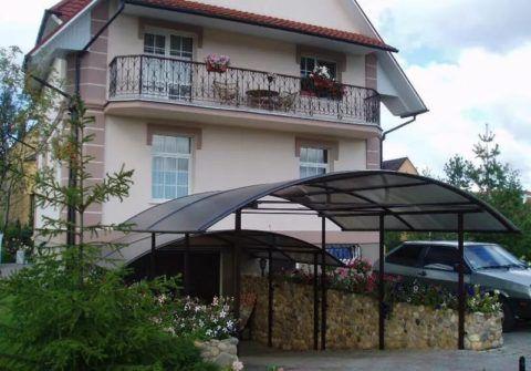 Крыша дома с гаражом и крыльцом
