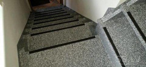 Лестница из пластика, формы и фактура ничем не ограничивают архитектора