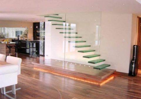 Лестница из стекла на второй этаж