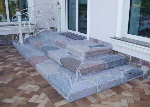 Лестница крыльца из гранитных блоков неправильной формы