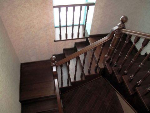 Лестница на второй этаж с двумя поворотами