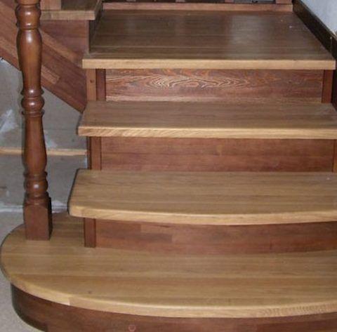 Лестница после покраски и нанесения лака