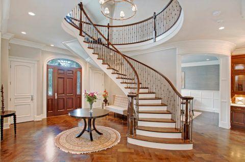 Лестница внутри помещения