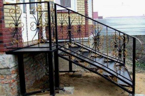 Металлическая лестница на крыльцо своего дома
