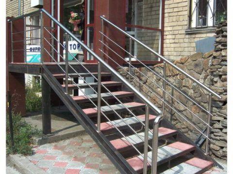 Металлическая лестница с тротуарной плиткой на ступенях