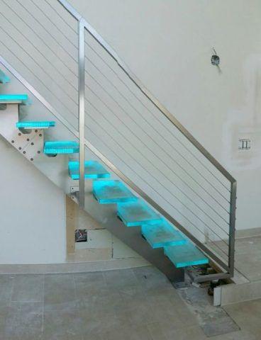 Металлическая опора стеклянной лестницы