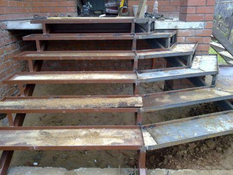 Металлический каркас ступеней для крыльца с несъемной опалубкой, под монолитные бетонные проступи