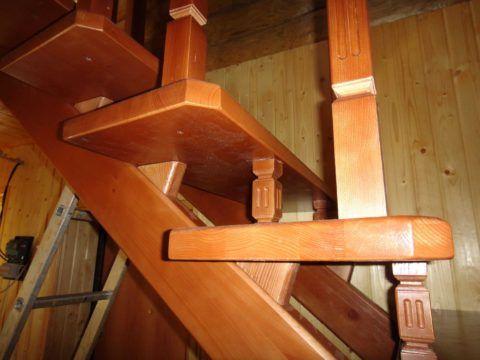 Множественные соединения деревянных элементов могут стать причиной скрипа лестницы