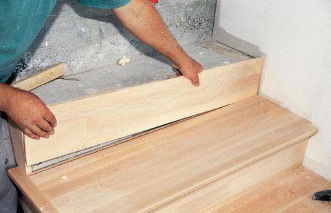 Монтаж деревянных ступенек на бетонной лестнице