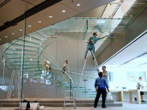 Монтаж винтовой лестницы из стекла и нержавеющей стали