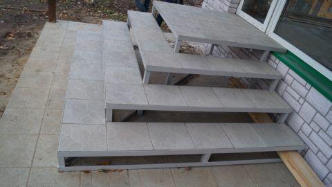 На фото – облицовка бетонной плиткой металлического каркаса