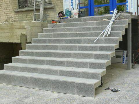 Накладные поступи по металлическому основанию облицованные гранитной плиткой.