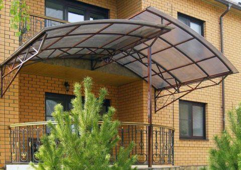 Навес из поликарбоната на фасаде кирпичного дома