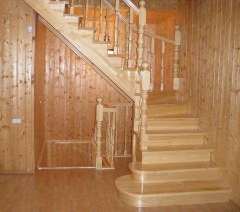 Недорогая конструкция лестницы из сосны