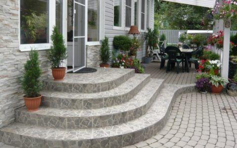 Один из вариантов облицованного бетонного крыльца