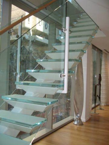 Одномаршевая лестница из стекла и металла