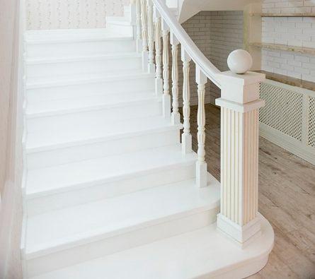 Однотонное окрашивание деревянной лестницы