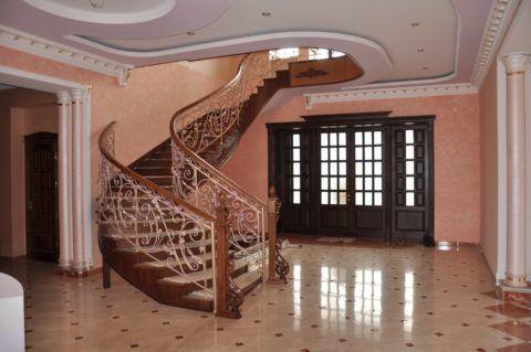 Ограждение лестницы из дерева и металла