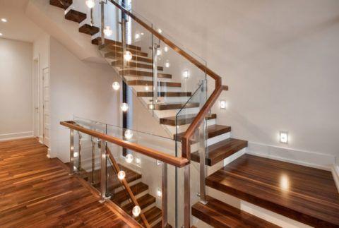 Опорные стойки каркаса крепятся к полу или ступеням